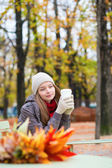 Girl drinking coffee in an outdoor Parisian cafe — Stockfoto