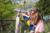 Girls using telescope for sightseeing in Paris — 图库照片