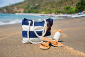 Beach bag, flip flops, sunscreen and sunglasses — Stock Photo