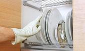 Hombre que trabaja en la cocina. — Foto de Stock