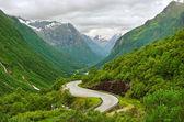 Route entre montagnes. — Photo