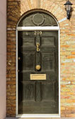 黒いドア. — ストック写真