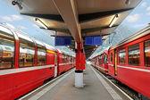 Czerwone pociągi. — Zdjęcie stockowe