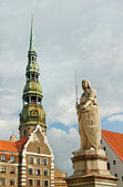 The statue of Roland and the Church of St. Peter in Riga, Latvia — Stock Photo