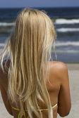 Mädchen auf dem strand. — Stockfoto
