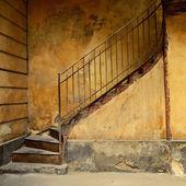 Las escaleras de la vieja casa amarilla — Foto de Stock