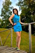 Vacker flicka i en blå klänning — Stockfoto