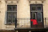 Balkon van het oude huis in waarnaar u kleren drogen — Stockfoto