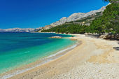 Beautiful Adriatic Sea bay with pines in Makarska — Stock Photo