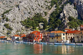 Beautiful old town of Omis with boats on the dock — Stock Photo
