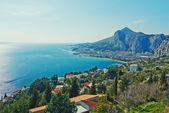 Hermosa vista al mar desde lo alto de la ciudad de omis en croacia — Foto de Stock