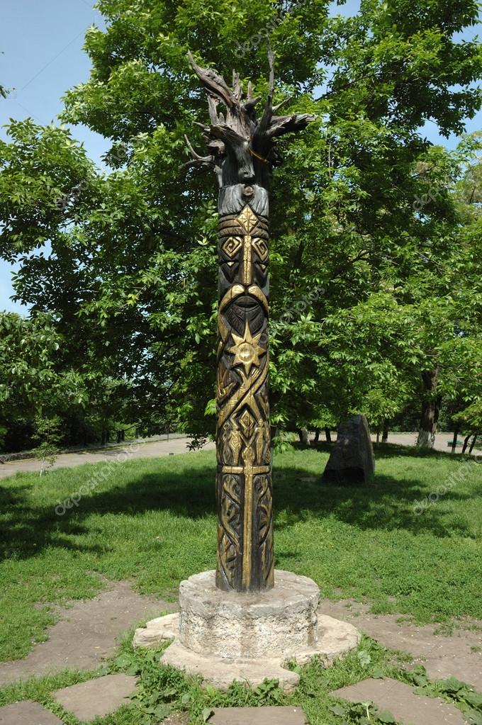 Wooden pagan's idol of Perun  - god of Thunder in Slavic mythology — Stock Photo #12044205