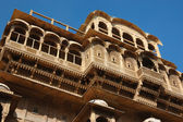 Beautiful old ornate balconies of medieval haveli in Jaisalmer — Stock Photo