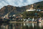 Sacred Rewalsar lake with big golden statue of Padmasambhava — Stock Photo
