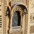Beautiful ornate window of old haveli (house) in Jaisalmer, India — Stock Photo