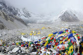 Final path marker with traditional tibetan flags at Everest Base Camp,Nepal — Stock Photo