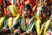 : Beautiful young indian women are preparing to perfomance at annual camel fair holiday in Pushkar,India — Stock Photo