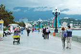 Tourists are walking along seafront of Yalta city, most famous ukrainian Black Sea resort — Stock Photo