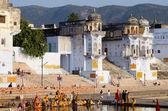 Hindu people perform puja - ritual ceremony at Pushkar ghat,India — Stock Photo