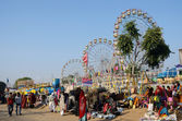 People visiting local market near amusement park during traditional cattle fair in Pushkar,India — Stock Photo