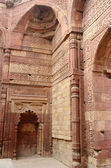 Remains of Qutub mosque in Delhi (India) with sentence from Koran — Stock Photo