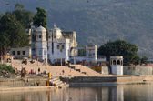 People at holy ghats in the evening at sacred Sarovar lake ,Pushkar,India — Stock Photo
