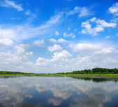 River and blue sky — Stockfoto
