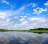 řeka a modrá obloha — Stock fotografie