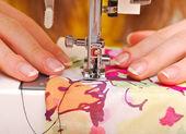 在一台机器上的手缝 — 图库照片