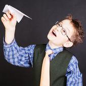 Muchacho con avión de papel — Foto de Stock