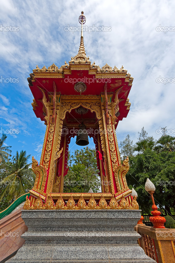 美丽的钟塔上的领土的佛教寺庙