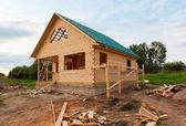 деревянный дом в стадии строительства — Стоковое фото