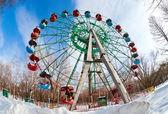 Rueda de la fortuna en el parque de invierno en samara, rusia — Foto de Stock