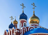 Cupolas of Russian orthodox church against blue sky — Stock Photo