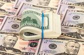 Kauçuk para zemin üzerine sarılmış katlanmış banknotlar — Stok fotoğraf