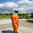 "SAMARA, RUSSIA - JUNE 14: Sculpture ""Cosmonaut"" next to the muse — Stock Photo"