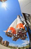 "SAMARA, RUSSIA - APRIL 25: Real ""Soyuz"" type rocket as monument — Stock Photo"