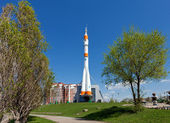 "SAMARA, RUSSIA - APRIL 25: Real ""Soyuz"" type rocket as monument — Stock Photo"