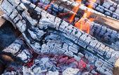 теплый огонь, горящий в костра крупным планом — Стоковое фото
