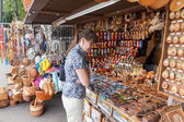 NOVGOROD - AUGUST 10: Young woman choose Russian handmade souven — Foto Stock