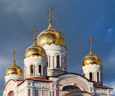 Cupolas of Russian orthodox church against dark blue sky — Stock Photo
