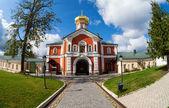 русская православная церковь. валдайский иверский монастырь в валдай, россия. — Стоковое фото