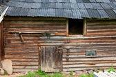 Gamla rustika timrade ladugården i solig sommardag — Stockfoto