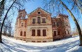 старое кирпичное здание на зимний день в боровичи, россия — Стоковое фото