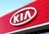 SAMARA, RUSSIA - NOVEMBER 23: The emblem KIA motors on blue sky — Foto Stock