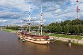 NOVGOROD, RUSSIA - AUGUST 10, 2013: Sailing ship on river Volhov — Stock Photo