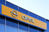 SAMARA, RUSSIA - APRIL 19, 2014: The emblem of Opel over blue sk — Stock Photo