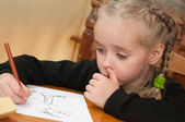 Little girl is drawing — Stockfoto
