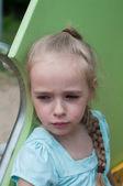 Hermosa chica seria en el patio — Foto de Stock