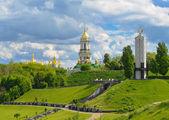 Monument to victims of Holodomor and Kiev-Pechersk Lavra in Kiev — Stock Photo